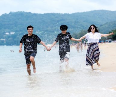 family-travel-phuket,-family-photographer-phoket,phuket-photographer,happy-on-the-beach-phuket